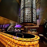 入口には活気溢れるバー、そして吹き抜けの天井には巨大なワインセラーが