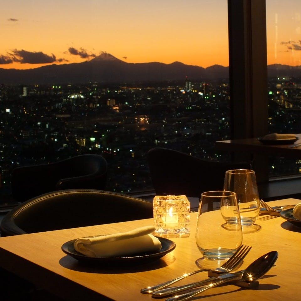 晴天には富士山が、日が沈むと横浜まで見渡せる広大な夜景が窓一面にご覧頂けます。