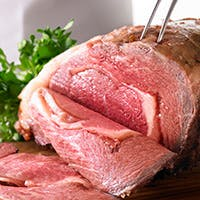 肉の旨味が凝縮されたジューシーなローストビーフをお楽しみください