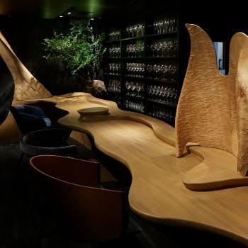 緩やかなカーブが優しいデザインが印象的なカウンター席