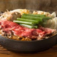 ランチは圧倒的ビジュアルの肉の丼ぶり。夜は大人も満足、本格的なすき焼きコース