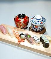 艶やかで美しい丁寧に握られたお寿司をご堪能ください