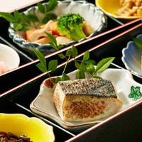 料理長が厳選した食材を使用した、自然の持つ風味と季節感を大切にする日本料理