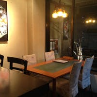 厨房を囲むカウンター席がメインのアットホームな雰囲気