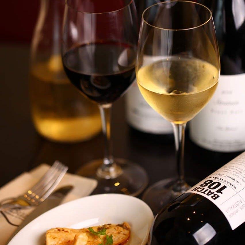 フランスを中心にニューカリフォルニアなど現代的なものから伝統的なワインも用意