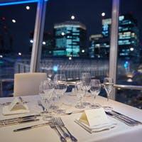 360度回転する展望レストランで、東京の街並みを一望