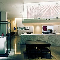 食とアートを際立たせるシンプルでモダンな空間