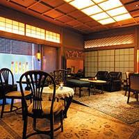 伝統とモダンが融合した新しい料亭スタイルの空間で