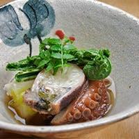 富山湾で水揚げされる地魚を使った鮮魚料理と富山の地酒が魅力