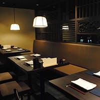 白木のカウンター席や接待にも使える完全個室完備 ジャズの流れる大人の空間