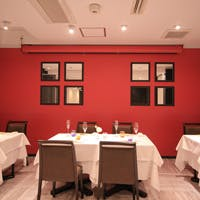 デザイン性が溢れる外観の、地下に広がるモダンクラシックレストラン