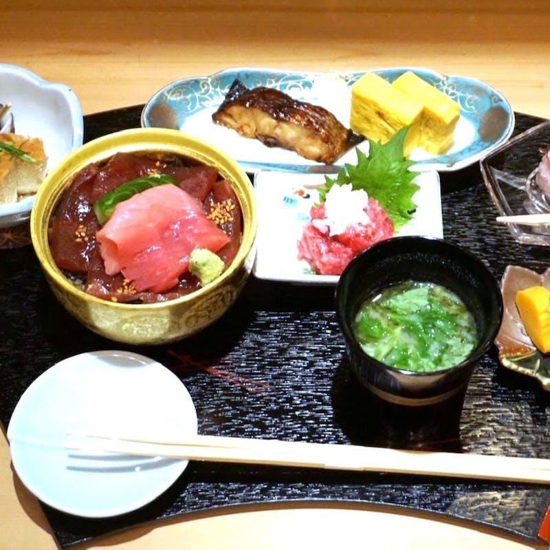 【まぐろちらし寿司御膳】まぐろ(本マグロ)ちらし寿司・刺物・煮物・デザート等全7品(昼限定)