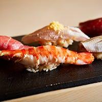 鮮度を落とさずすっと握られる美しい江戸前鮨