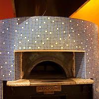 500度の石焼釜で職人が焼き上げる極上のピッツァが人気