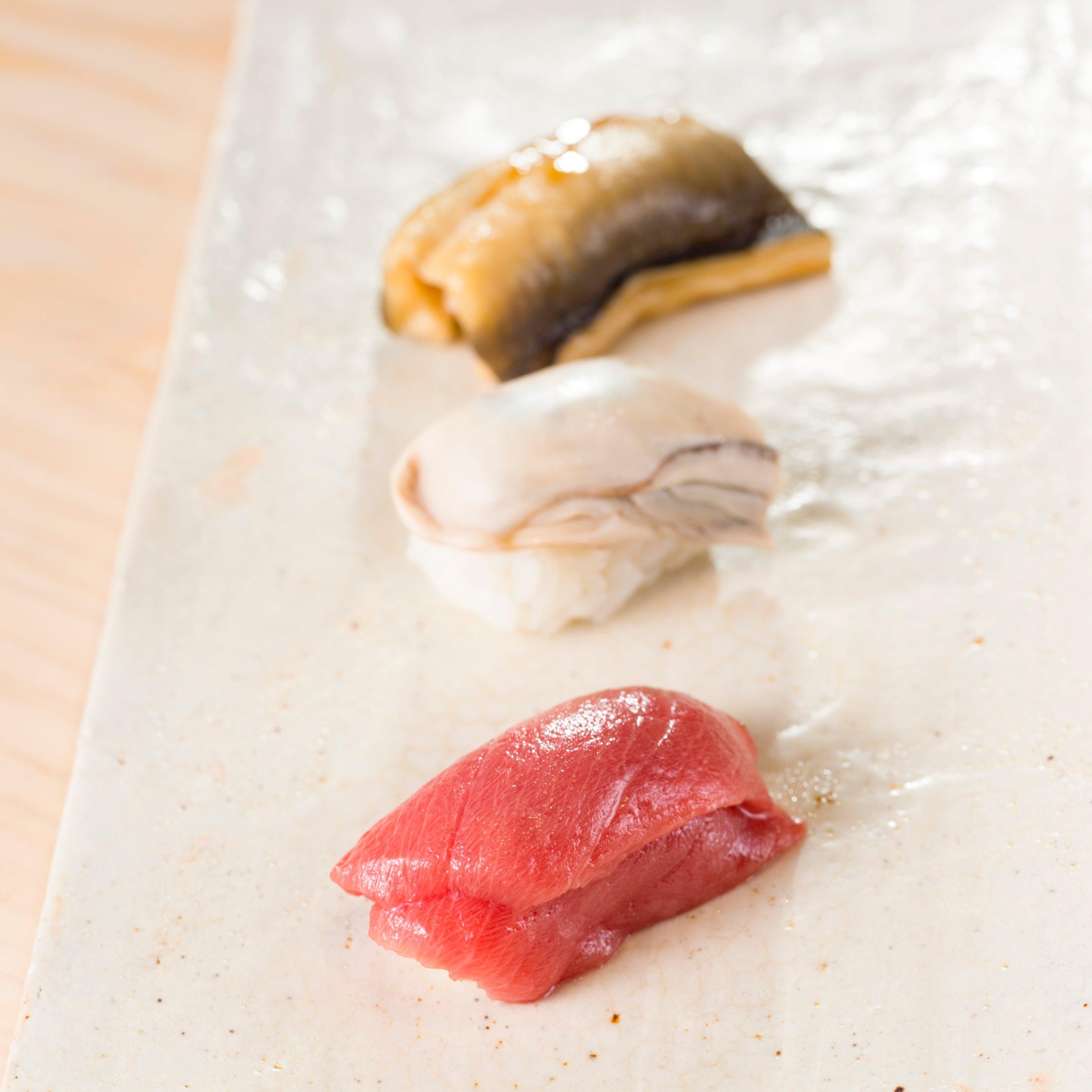 旬の魚を使用した極上鮨と滋味深いつまみ