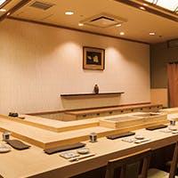 職人の技を楽しめる寿司カウンターと天ぷらカウンター