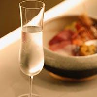 利き酒師が厳選した日本酒やワインとお寿司のマリアージュをおたのしみください