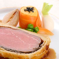 本格コースや、和・洋・中のシェフが腕をふるうブッフェ料理など多彩なお料理をご用意