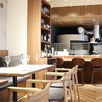 温もりのある、落ち着いた空間でゆったりとお食事をお楽しみ