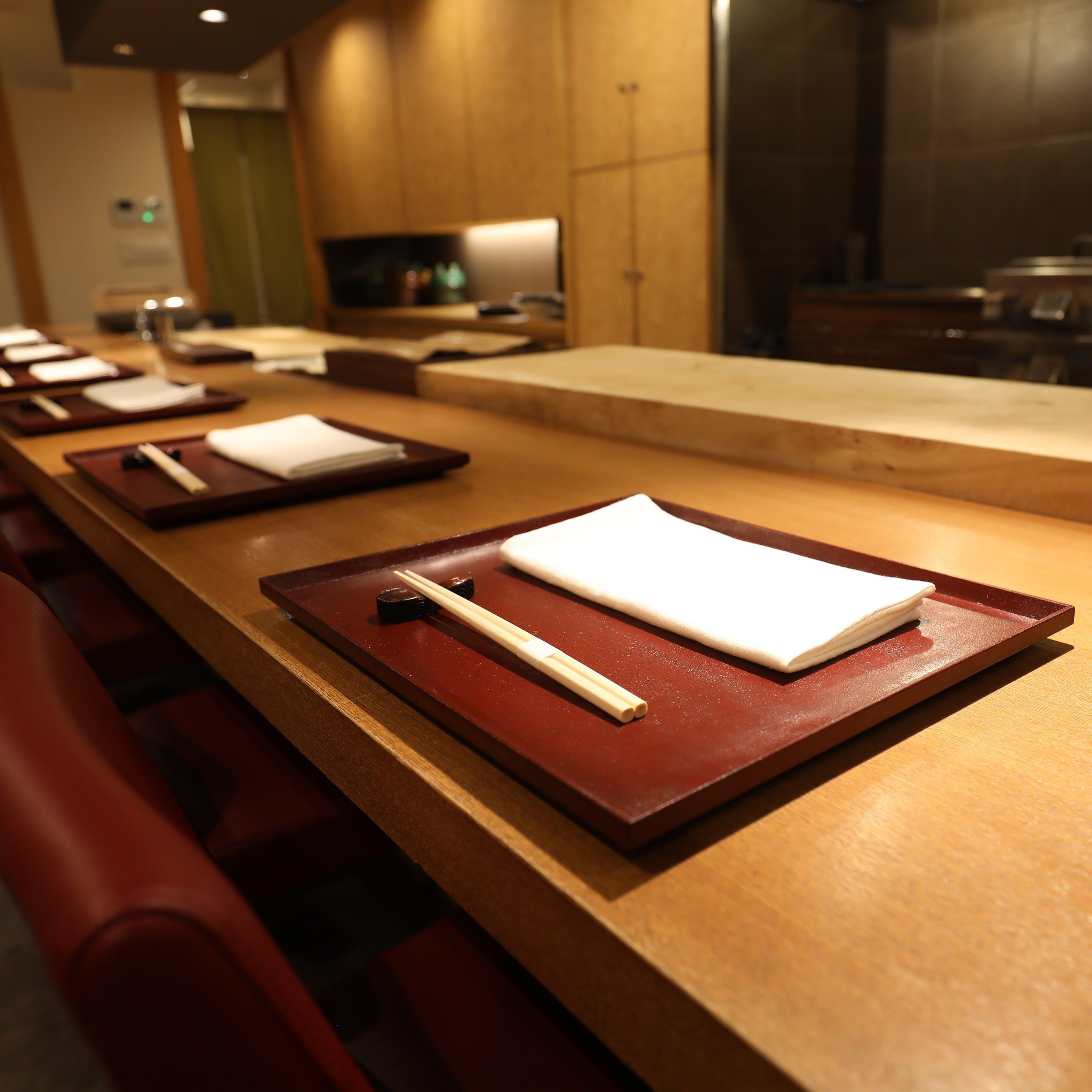 料理人の舞台であるカウンターで日本料理の究極の姿を体感