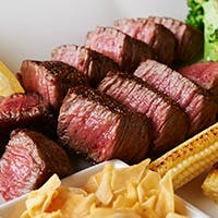鉄板焼きの醍醐味、ステーキは特選黒毛和牛で