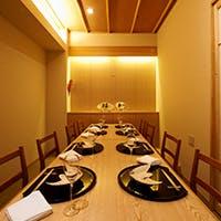 料理人の技と会話を愉しむカウンターや宴会には個室も完備