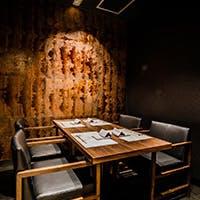 落ち着いた京都祇園の割烹を思わせる上品なカウンター席と、8つの完全個室を完備
