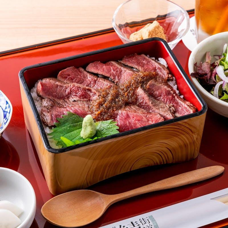 【A5ランク和牛ステーキ重】サラダ・小鉢・香の物・味噌汁付