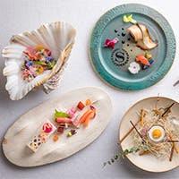 沖縄産の食材を贅沢に使用した、シェフが織り成す彩り豊かな料理をお楽しみください