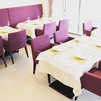 紫と白を基調とした店内が、清潔感のあるくつろぎの空間を演出