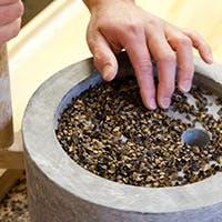 選りすぐりの国内産蕎麦を石臼で自家製粉