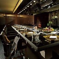 鉄板パフォーマンスを愉しむカウンターと接待に相応しい半個室を完備