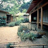 美しい日本庭園の一角に落ち着いた佇まいを見せる茶寮