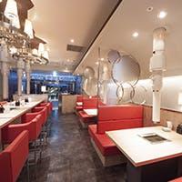 シルバーのモダンなインテリアに深紅のシートが映える、ホテルラウンジのような空間