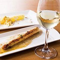 三笠会館伝統の洋食メニューをはじめ、ワインに合うおつまみもご用意しております