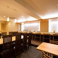 吉野檜の一枚板カウンター席や会食には個室も重宝