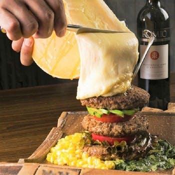 マウンテン肉バーガーwith花畑牧場のラクレットチーズ