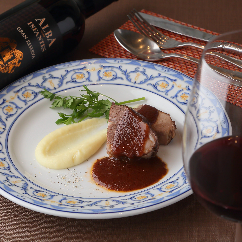 イベリコ豚の赤ワイン煮込み。赤ワインと一緒にどうぞ。