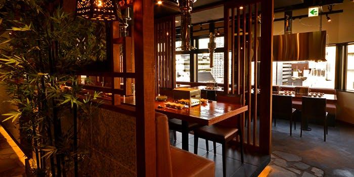 記念日におすすめのレストラン・飛び牛出汁焼肉 舌賛ZESSAN GEMS大門店の写真1