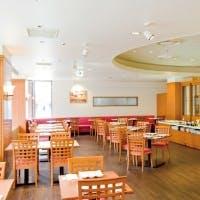 明るい日差しが降り注ぐ、カジュアルなホテルレストラン