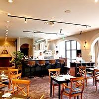 臨場感あるオープンキッチンにワインセラー ヨットハーバーに隣接した湖畔のリストランテ