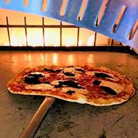 高温で焼き上げる窯焼きの本格的なローマピッツア