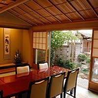 茶室「紀の万葉亭」をはじめ大小の個室、落ち着いた雰囲気中でゆったりとご会食を