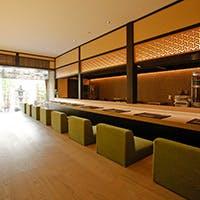 1階には広々としたカウンター、二階には団体でご利用可能な個室をご用意。