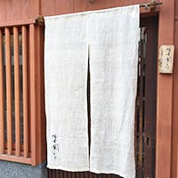 静かな通りに面する弁柄色の京町家レストラン
