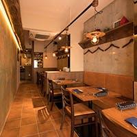 まるでイタリアの街角の食堂にいるかのような空間
