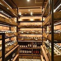 店内に巨大ワインセラー お肉の合うワインを豊富に揃えております