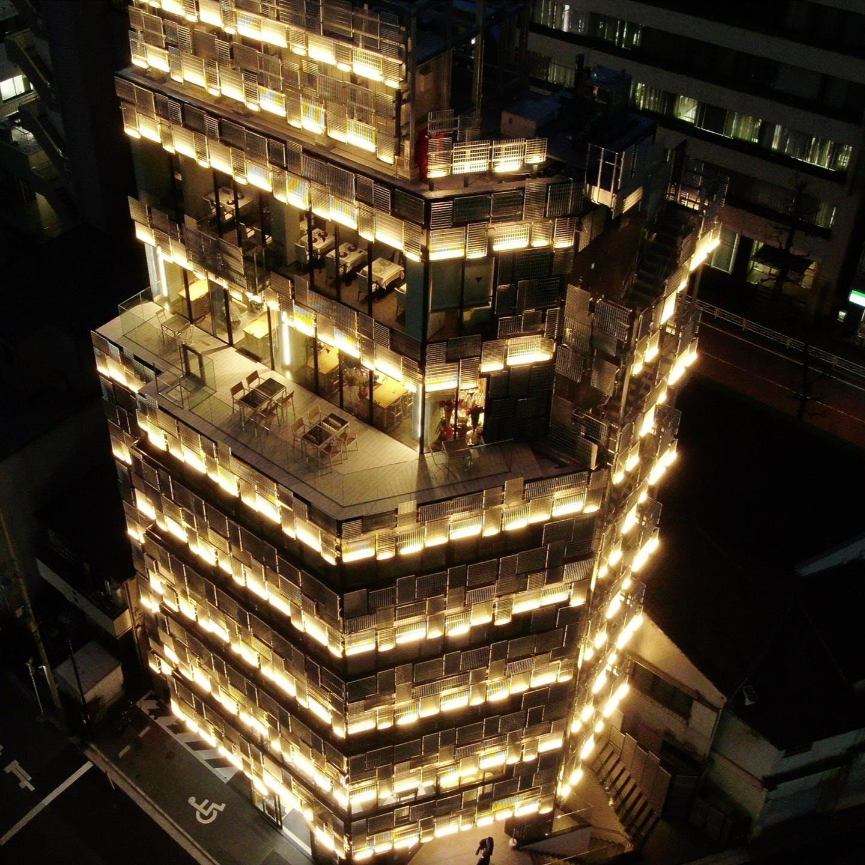 斬新で洗練された隈研吾氏デザインビルの最上階