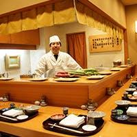 古き良き銀座のたたずまいを今に残し、ひっそりとのれんを掲げる天ぷら専門店