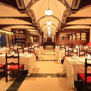 ソニービル時代を彷彿させるクラシックなデザイン、天井にはドゥオモのアーチ